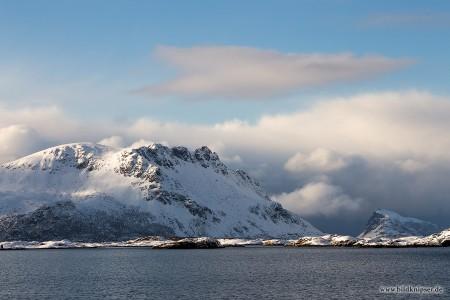 Wolken und Bergfront