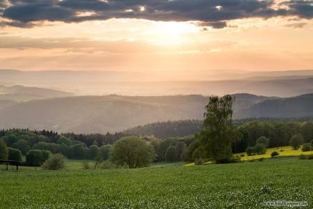 Sonnenstrahlen druchfluten die Täler des Thüringer Waldes