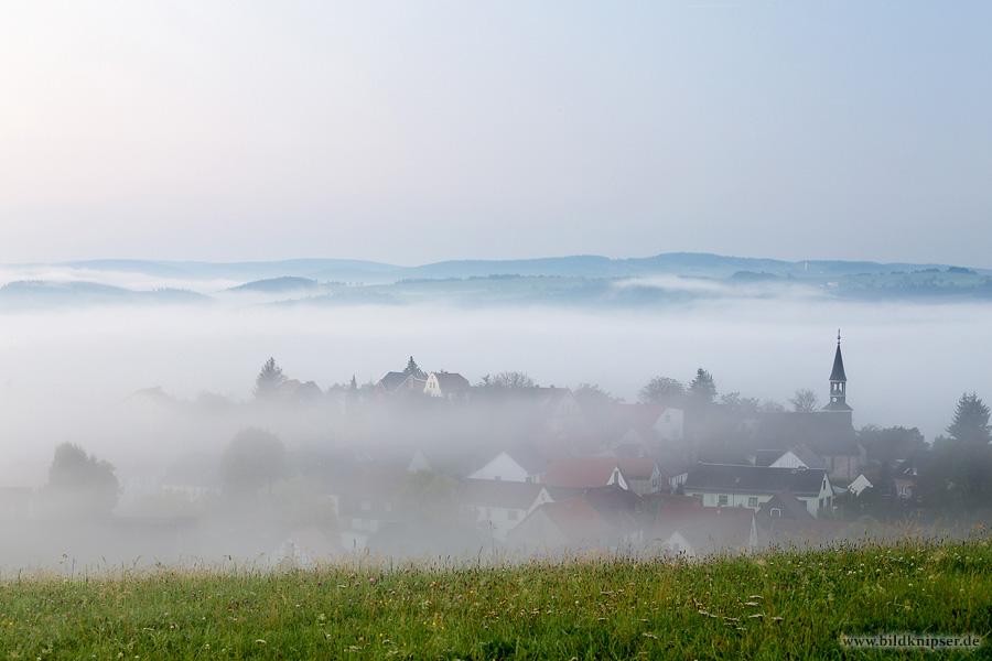Dorf Horba im Nebel