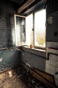 zerschlagene Fenster in einem Lost Place