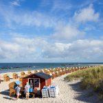 Strand mit Strandkörben unter blauem Himmel