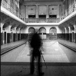 darstellung eines schemenhaften Fotografen vor dem Damenbad