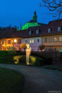 Schillerstatue vor grüner Heidecksburg