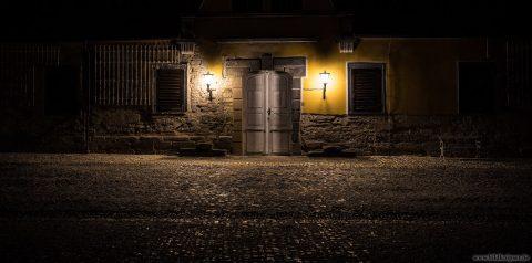 beleuchteter Gebäudeeingang
