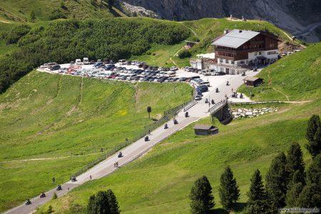 Foto der Passstraße, auf der viele Rad und Motorradfahrer unterwegs sind