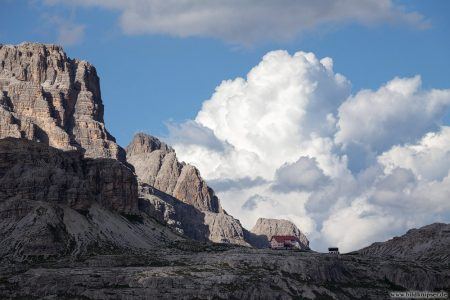 Berghütte mit Gwitterwolken im Hintergrund