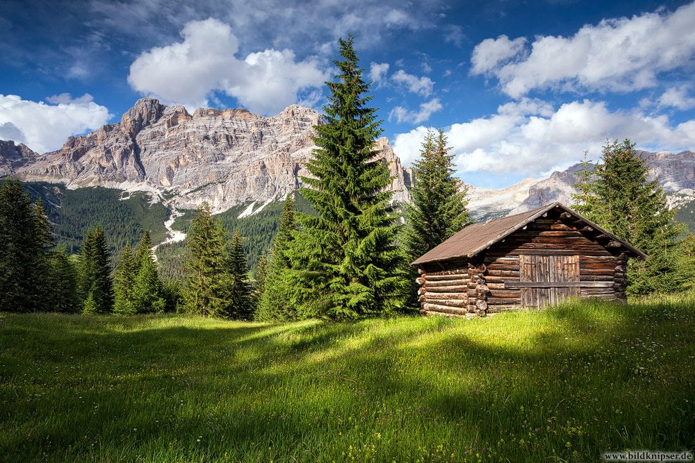 Alte Landschaftsfoto Dolomiten Holzhütte vor Bergmassiv